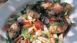 Sommersalat mit gebratenen Garnelen und jungen Karotten
