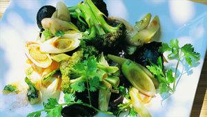 Im Wok gerösteter Brokkoli mit Lauchgemüse und Pilzen