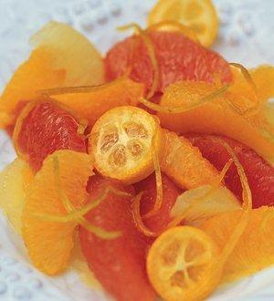 Salat von rosa Grapefruits, Orangen und Kumquats