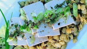 Salat von gelben Linsen und Wildreis mit Tofuscheiben