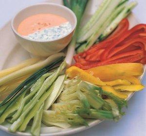 Rohes Gemüse mit verschiedenen Dips