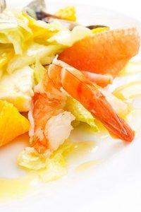 Blattsalat mit Garnelen und Grapefruitfilets
