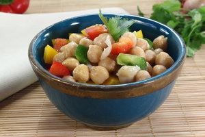 Kichererbsensalat mit Sesam und Gemüse