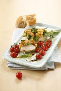 Putensteak mit Brokkoli-Käsekruste und Ofentomaten